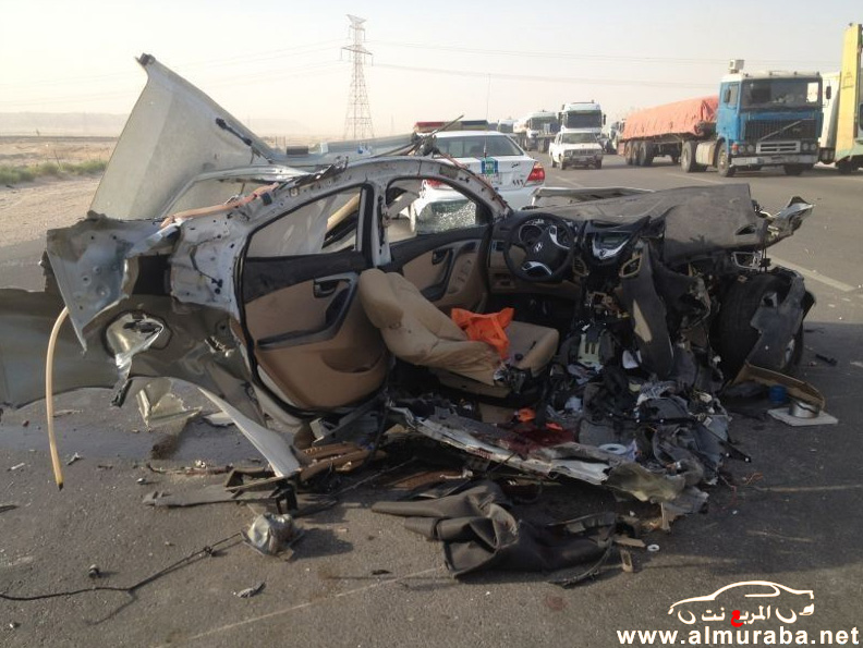 """حادث هيونداي اكسنت 2012 """"مروع"""" جداً وانقسام السيارة الى نصفين بالصور على طريق الشرقية"""
