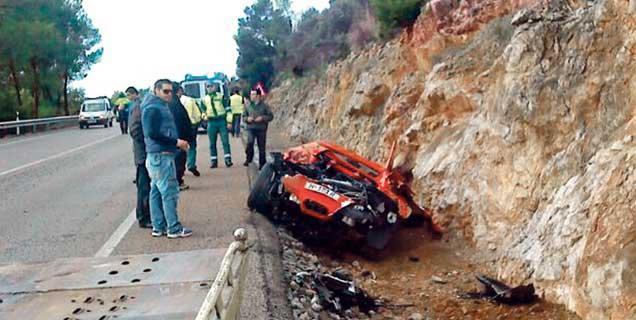 السيارة بداخل حفرة الطريق الجانبية