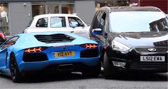"""""""فيديو"""" سائق لامبورجيني افنتادور يصطدم بتاكسي في شارع لندن الضيق بسبب السرعة"""