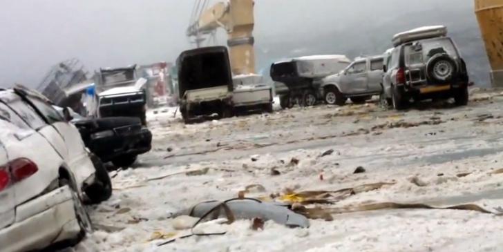 """""""بالفيديو"""" سقوط 52 سيارة في البحر اثناء نقلها على سفينة خلال العاصفة في اليابان"""
