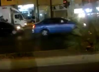 """""""فيديو"""" سائق سيارة يكرر تجاوز الإشارة ليصوره نظام """"ساهر"""" عدة مرات"""