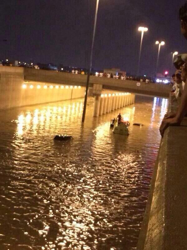 """""""بالصور"""" غرق سيارات الدفاع المدني عند محاولة انقاذه الاشخاص في امطار الرياض - المربع نت"""