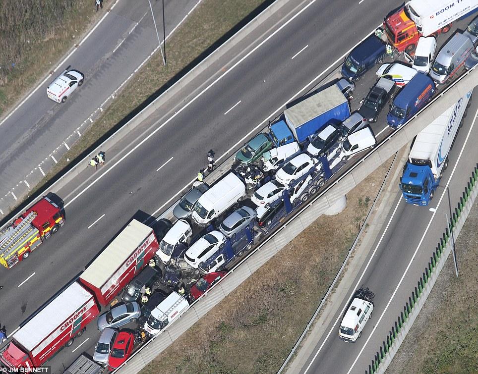 """""""بالصور"""" اصطدام 100 سيارة في حادث مروري في بريطانيا بسبب الضباب   المربع نت"""
