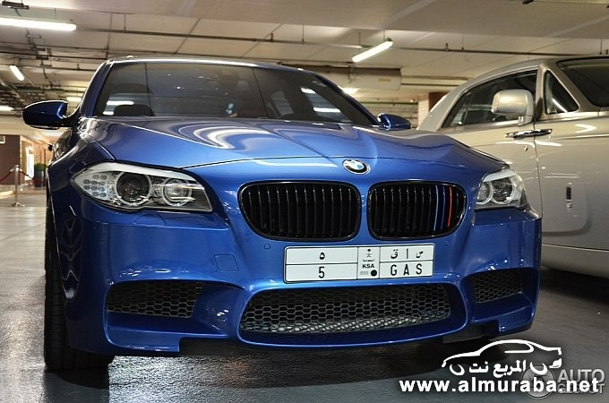 bmw-m5-poses-next-to-rolls-royce-phantom-coupe-in-dubai-medium_1