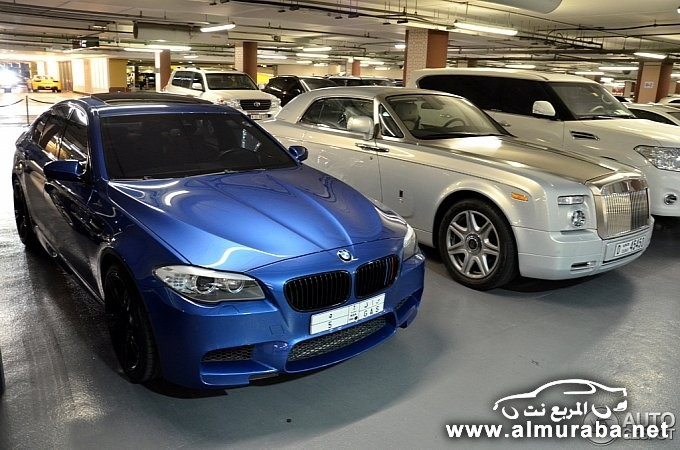 bmw-m5-poses-next-to-rolls-royce-phantom-coupe-in-dubai-medium_2