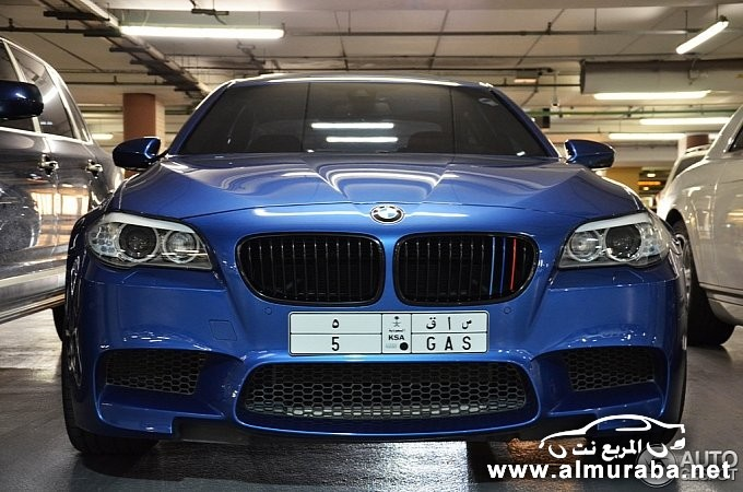 bmw-m5-poses-next-to-rolls-royce-phantom-coupe-in-dubai-medium_3