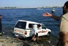 """""""بالصور"""" طفل يقود سيارة والده من نوع تويوتا هايلكس ويغرقها في بحر جدة!"""