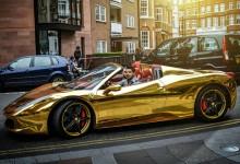"""""""بالصور"""" فيراري 458 ايطاليا """"عراقية"""" باللون ذهبية تخطف أنظار المارة في شوارع لندن"""