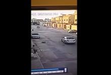 """""""بالفيديو"""" كاميرا مراقبة ترصد طفل يتعرض لحادث دهس في مدينة الرياض"""