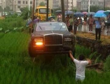 """""""بالصور"""" سائق صيني يسقط رولز رويس فانتوم الجديدة داخل أراضي زراعية"""