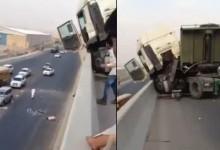 """""""بالفيديو"""": حادث شاحنة في مدينة الرياض وسائقها يسقط من فوق الجسر"""