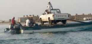 """""""بالصور"""" شاهد سعودي يربط قاربين لنقل سيارته الوانيت لجزيرة أخرى!"""