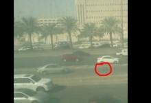 """""""بالفيديو"""" سيارة تدهس رجل أمن بمدينة الرياض و""""المرور"""" ينفي تعمد قائدها"""