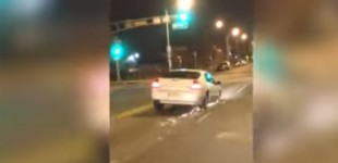 """""""فيديو"""" شاهد امرأة تستمر في قيادة سيارتها بالرغم من فقدانها للإطار!"""