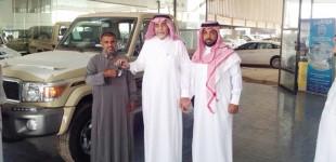 """""""بالصور"""" الشيخ صالح البازعي يتبرع بتويوتا شاص لمسن تقديراً لظروفه المعيشية"""