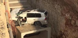 """""""بالصور"""" سقوط جيب لكزس في حفرية عميقة شمال مدينة الرياض"""