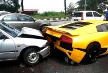 """بالصور"" متهور يقود تويوتا ويحطم خلفية لامبورجيني مورسيلاجو في ماليزيا"