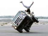 """""""بالصور"""" شاهد هاوي اماراتي يمارس """"جمباز الشوارع"""" على سيارته الخاصة!"""