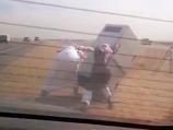 """""""فيديو"""" شاهد شباب يسقطون كاميرا """"ساهر"""" بأحد الطرق السريعة ويلوذان بالفرار"""