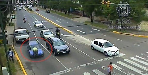 """""""فيديو"""" شاهد سائقة تجر شرطي مرور فوق الصندوق الأمامي لسيارتها لعدة مئات من الأمتار   المربع نت"""