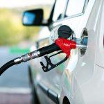 لماذا تختلف أماكن باب خزان الوقود في السيارات؟