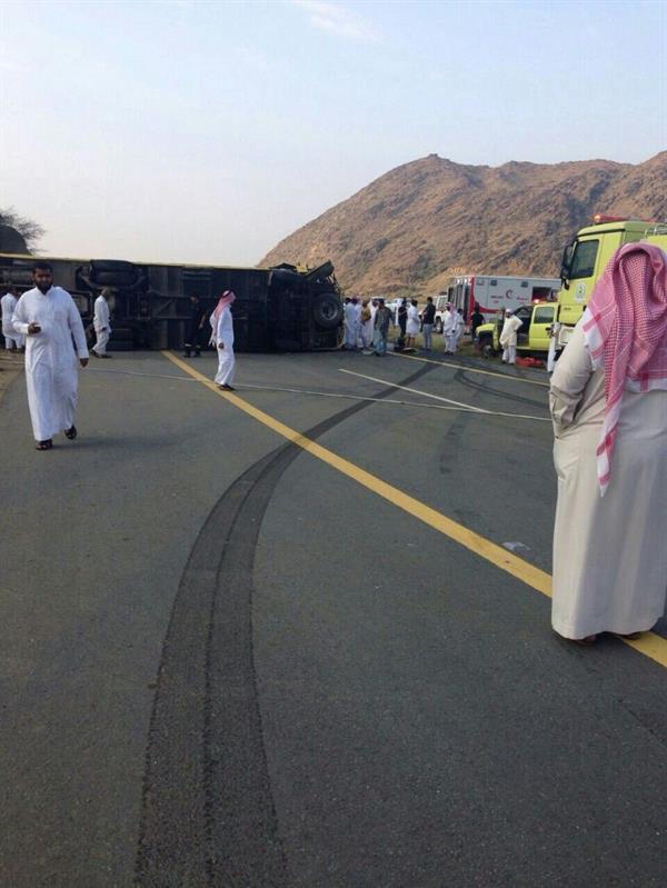 """""""بالصور"""" وفاة طالبة وإصابة 26 أخريات في حادث اصطدام """"باص مدرسي"""" بمنطقة الباحة - المربع نت"""