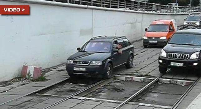 """""""بالفيديو"""" سيارات تسير على قضبان القطار في مدينة موسكو!"""