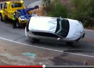 """""""فيديو"""" عامل رافعة يحاول تعديل سيارة مازدا منقلبة فيوقعها في الوادي!"""