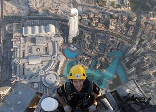 """""""بالصور"""" سائق فريق لوتس للفورمولا 1 يتسلق قمة برج خليفة في دبي Burj Khalifa"""