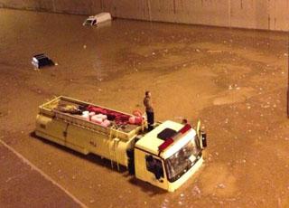 """المربع نت - تابع اخر اخبار السيارات كل يوم - """"بالصور"""" غرق سيارات الدفاع المدني عند محاولة انقاذه الاشخاص في امطار الرياض"""