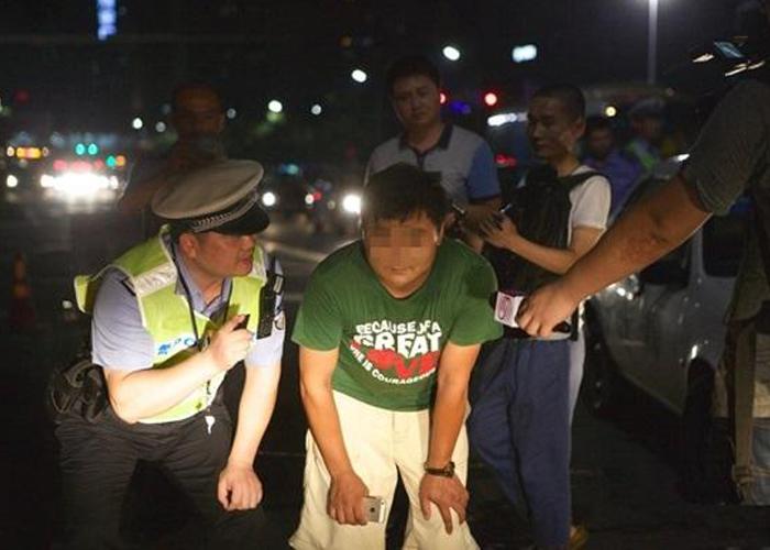 """""""بالصور"""" شاهد العين بالعين مبدأ الشرطة الصينية لمعاقبة من يزعج الآخرين بأضواء سيارته!"""