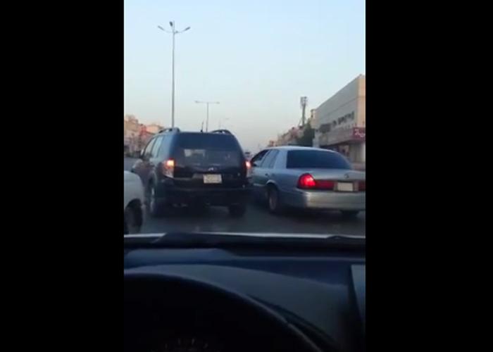 """""""فيديو"""" سيارة ساهر تخالف النظام وتتجاوز الإشارة الحمراء بمدينة الرياض"""