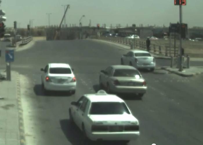 """""""بالفيديو"""" شاهد سائقون يستغلون ثغرة في نظام ساهر ويقطعون الإشارة الحمراء"""