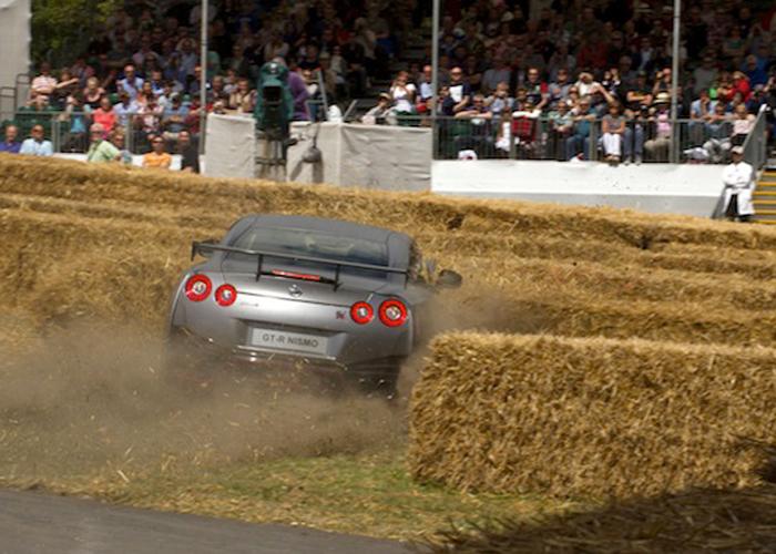 """""""بالفيديو والصور"""" كريس هوي يحطم نيسان GT-R في سباق جودوود"""